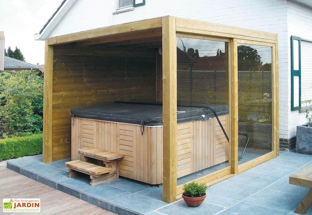 L'abri de jardin en bois est ouvert d'un côté afin de