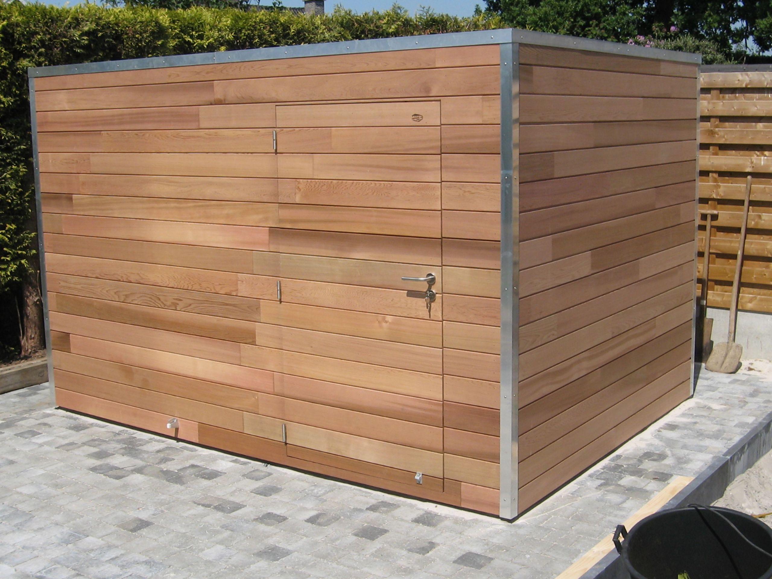 Cet abri de jardin en bois avec son toit plat a un design