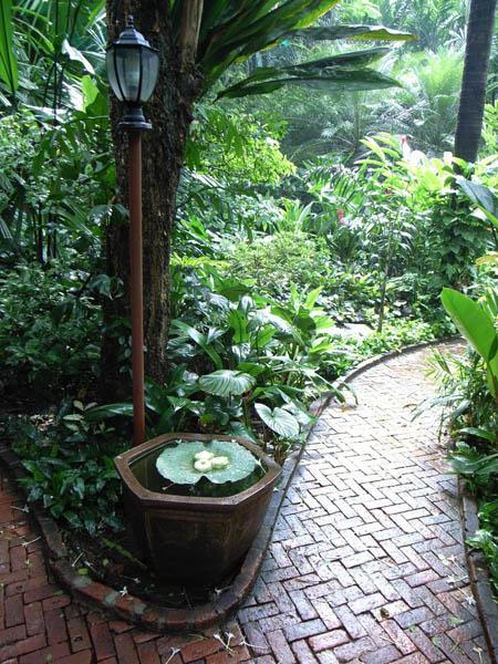 Allee de jardin dans les jardins exotique Bali Indonesie
