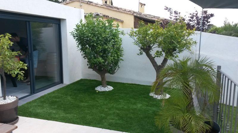 Réalisation aménagement jardin avec gazon synthétique