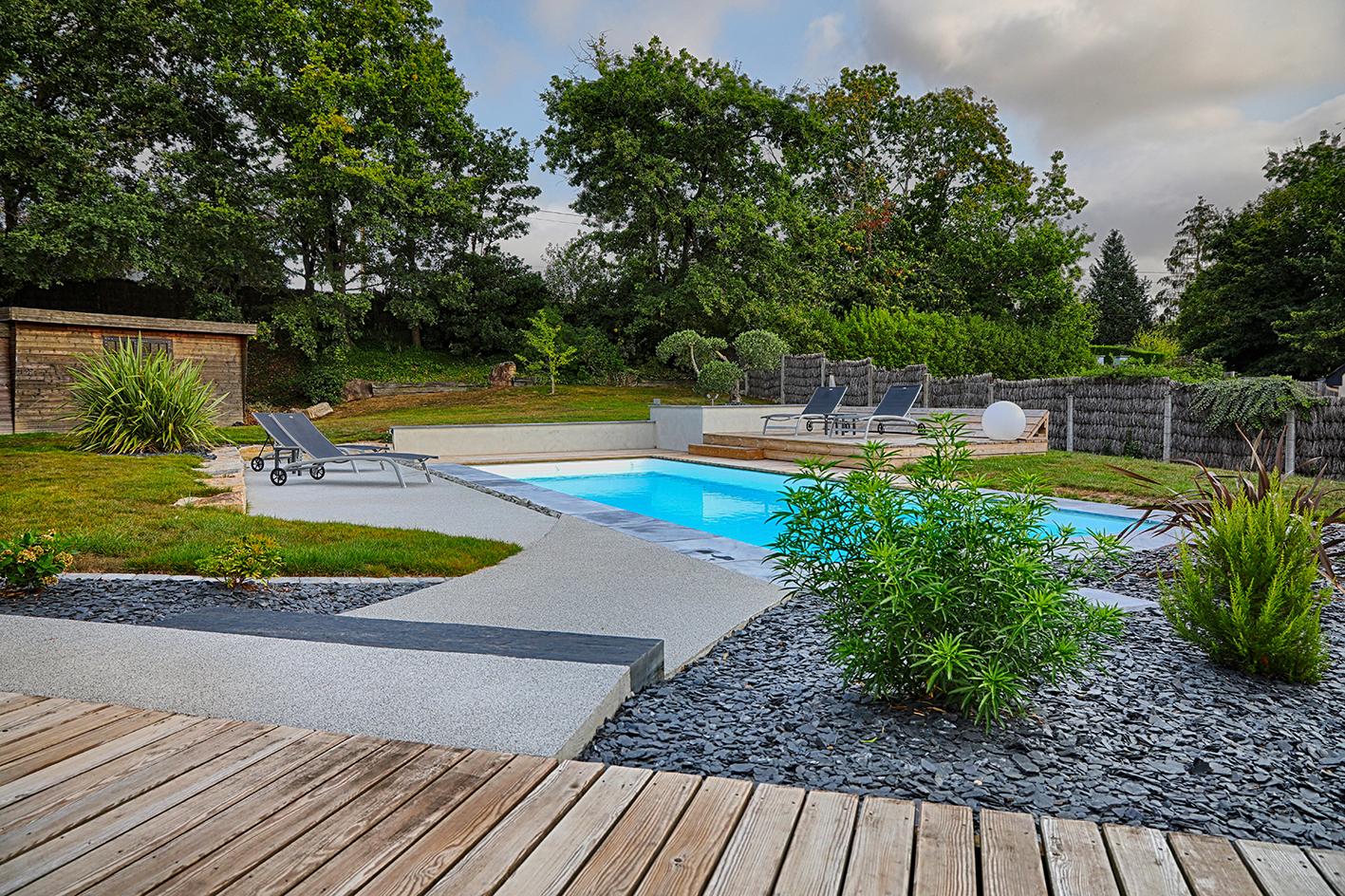 Aménagement abords de piscine solarium salon d été