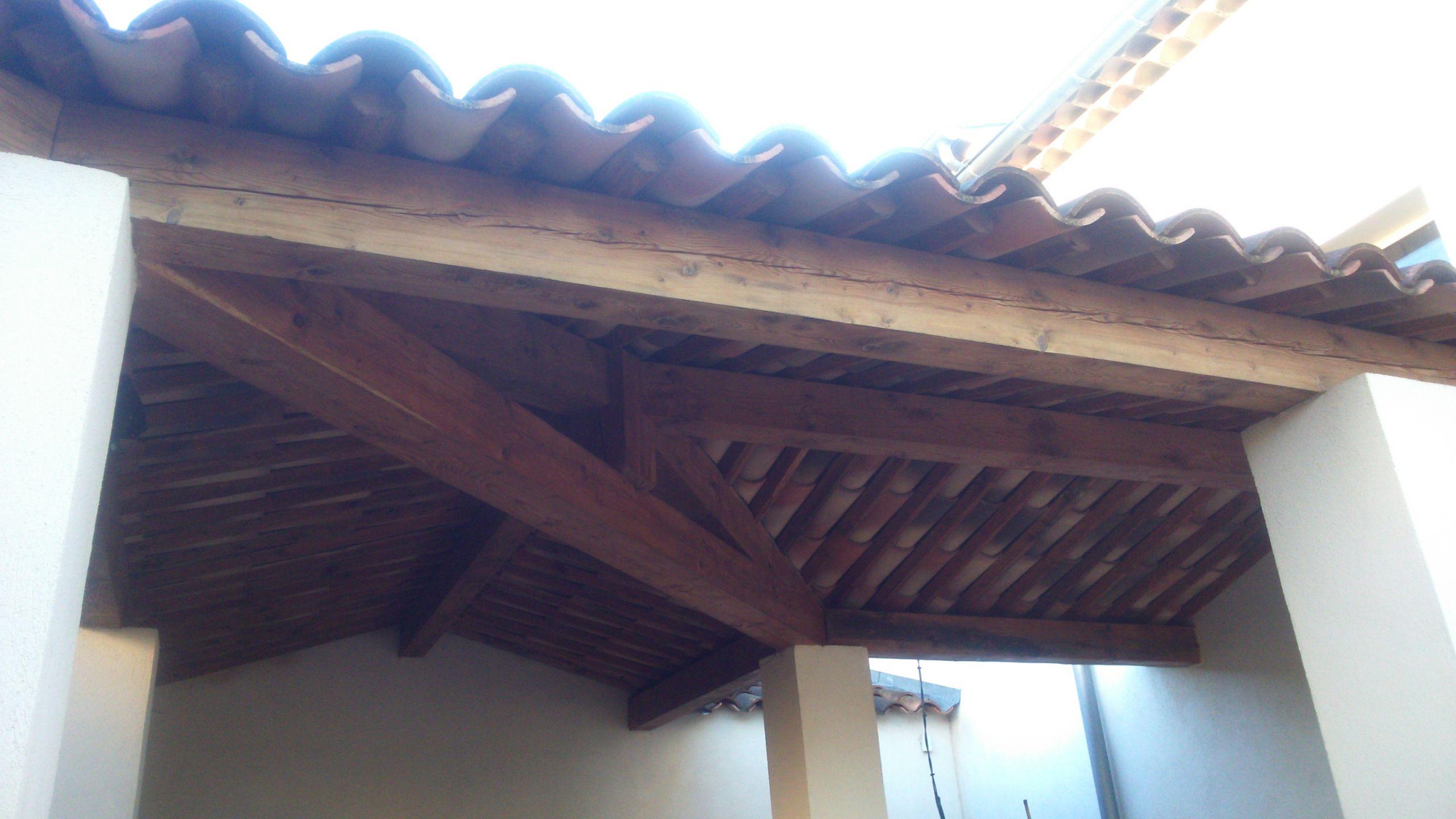 Auvent en bois avec couverture tuiles Auvent Pergolas