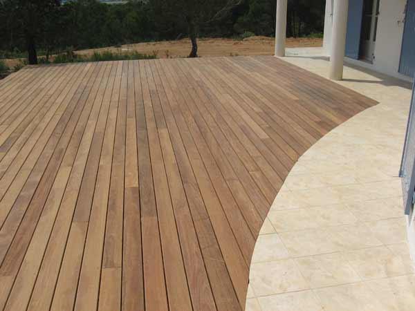 Création pose de terrasse en bois exotique région Agde