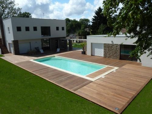 terrasse en bois a Feucherolles autour d une piscine