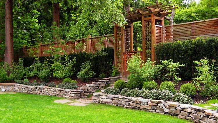 Clôture bois moderne – 20 idées pour un design extérieur