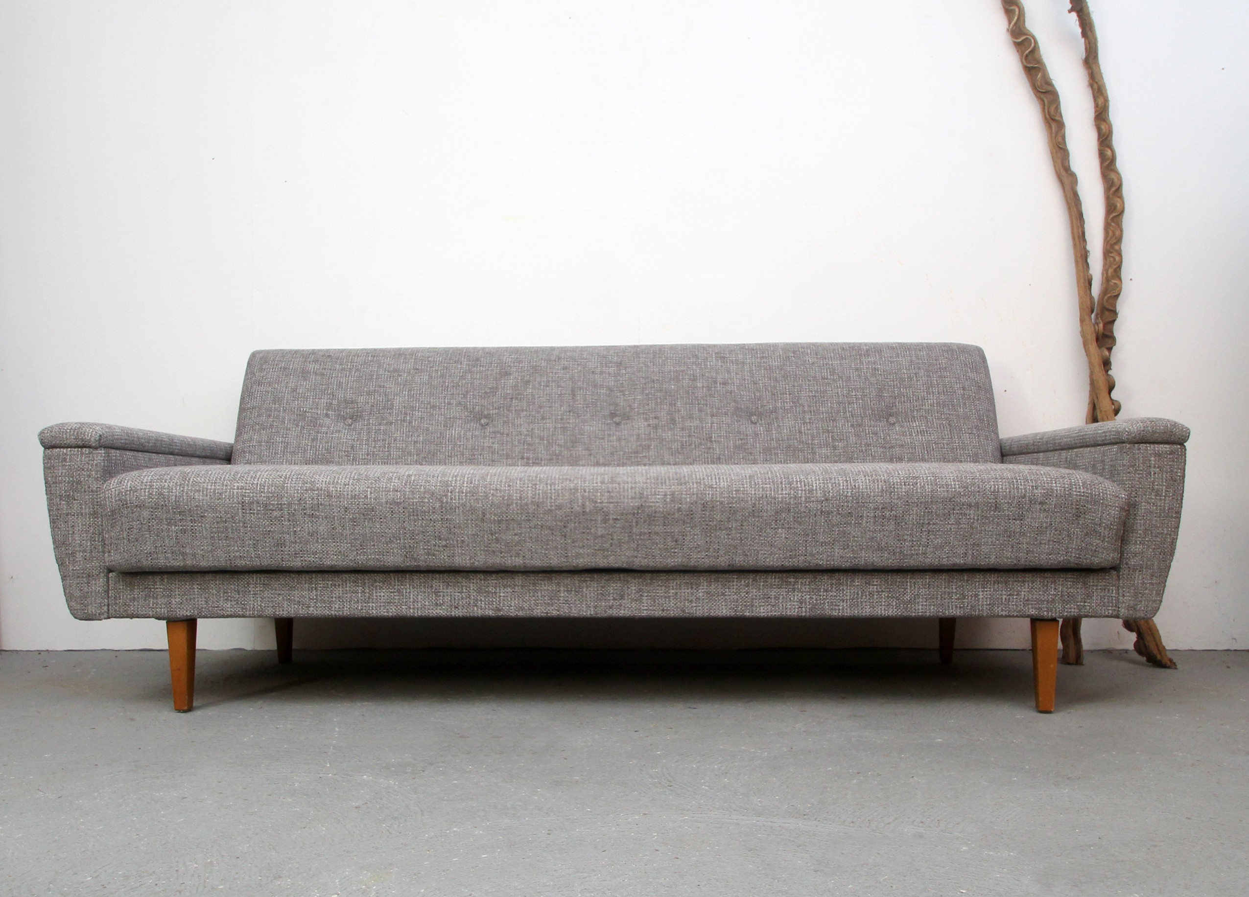 Canapé 3 places convertible en bois massif et tissu gris