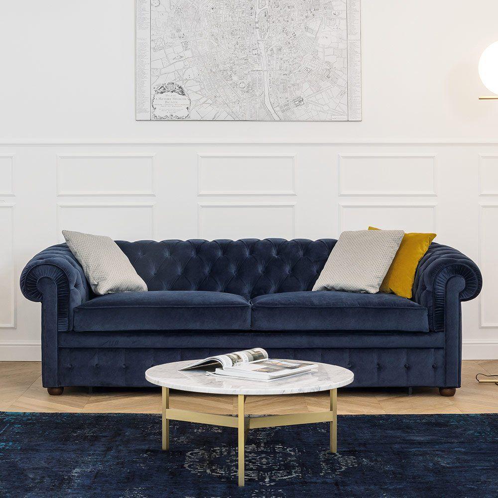 Un canapé Chesterfield en velours bleu Convertible