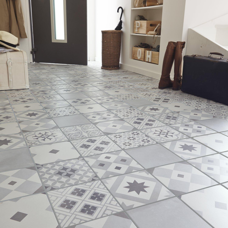 Un carrelage blanc et gris effet carreaux de ciment