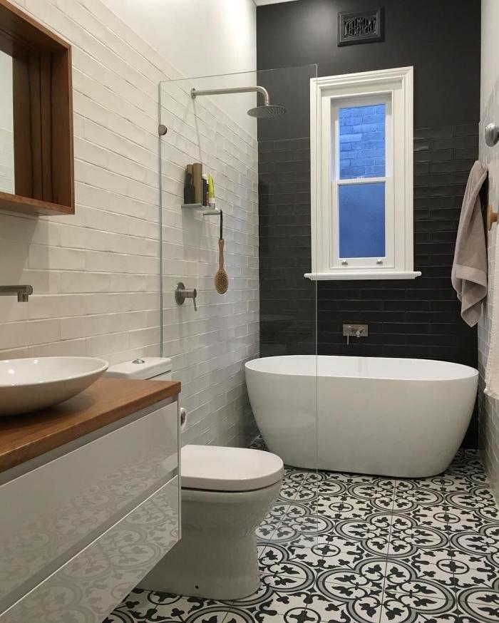 La salle de bains en carreaux de ciment un espace entre