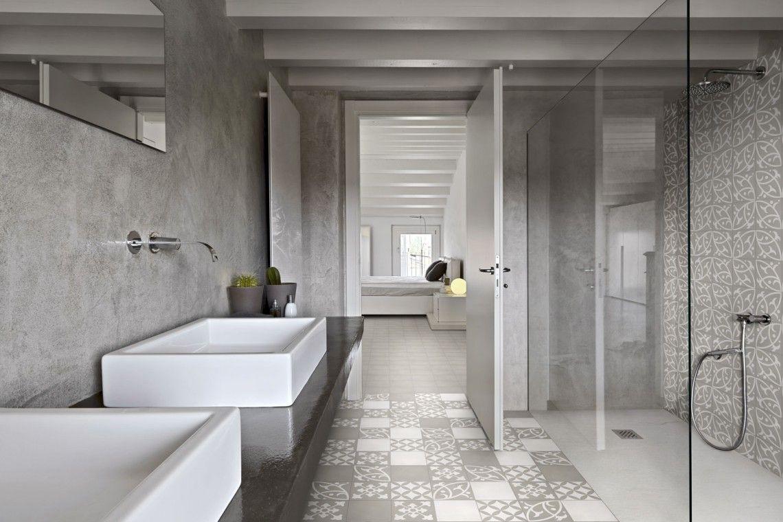 Salle de bain decoree avec des carreaux de ciment gris et