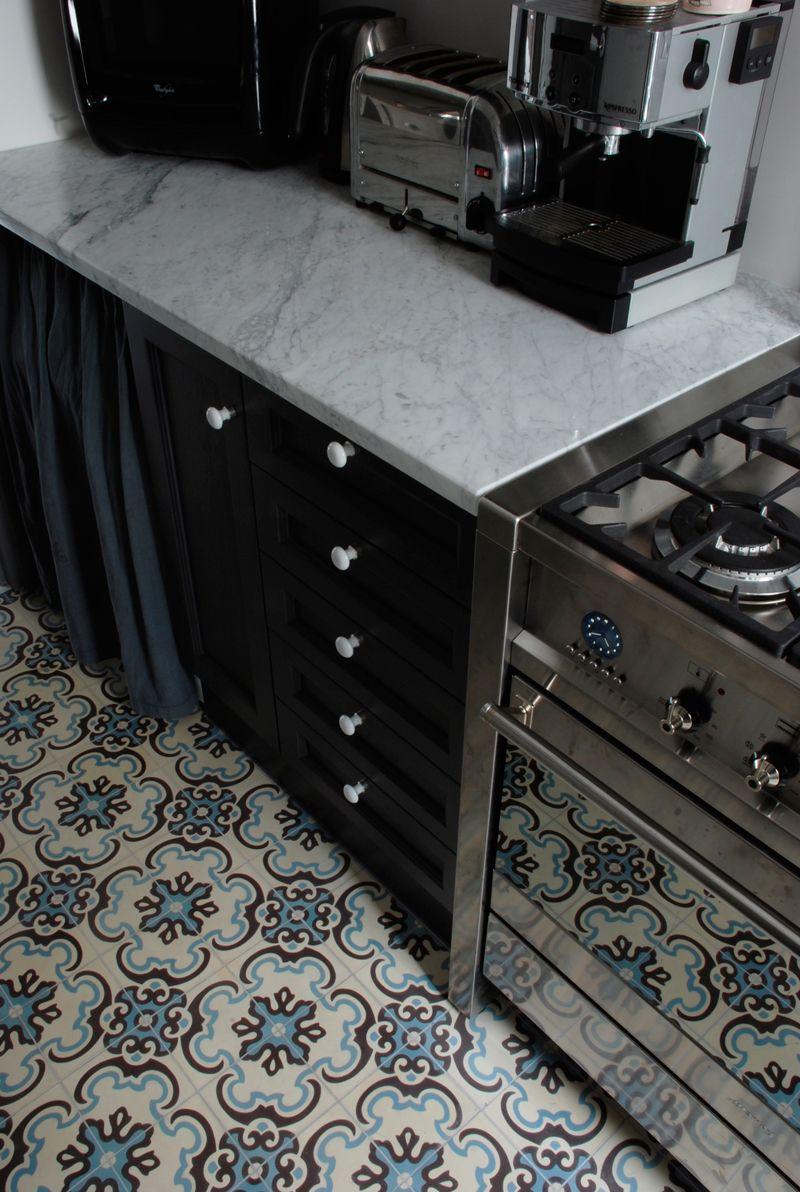 contraste carrelage ancien et cuisine moderne carreaux de