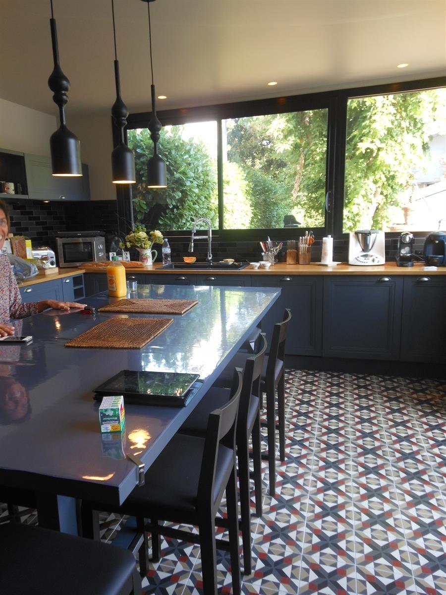 Cuisine au carrelage à losanges ancien meubles gris foncé
