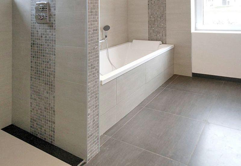 salle de bain en carrelage beige et mozaïque assortie