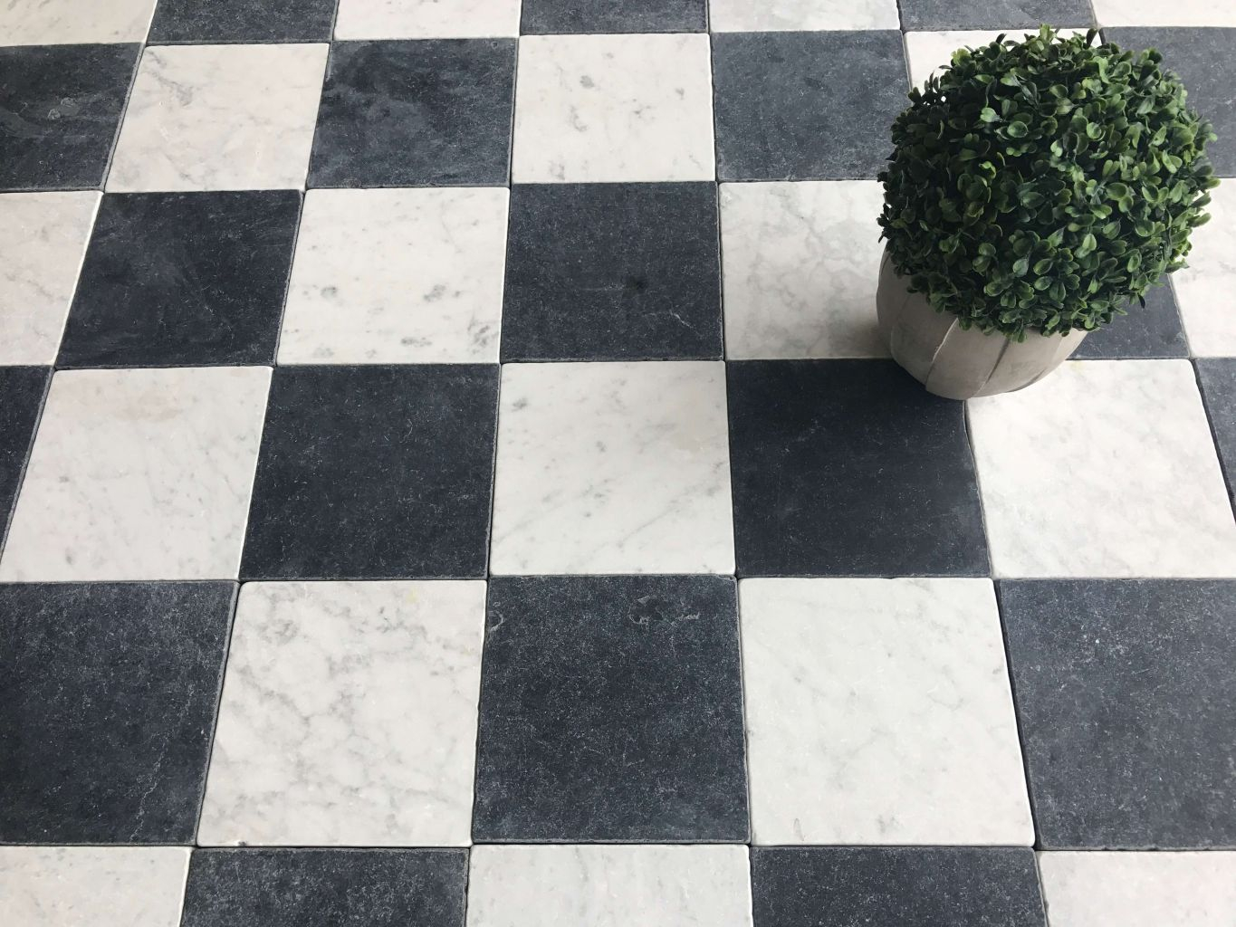 Classic marble in black and white check