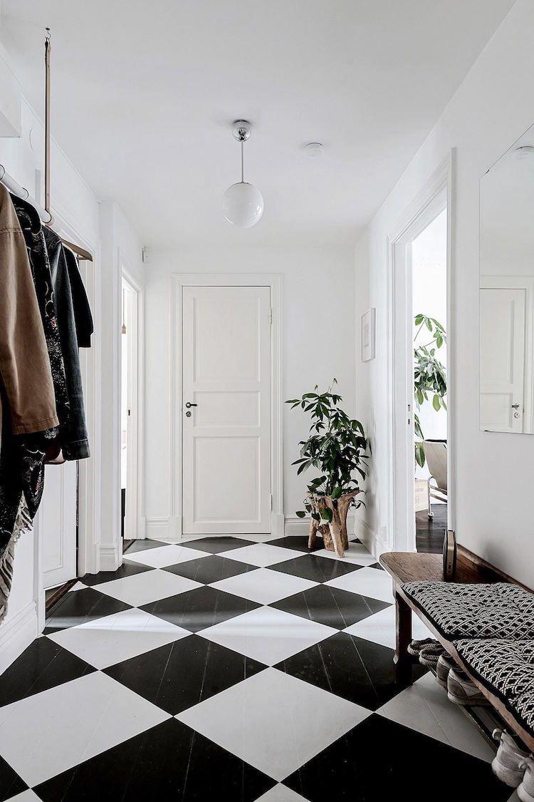 Un carrelage en damier noir et blanc dans l entrée