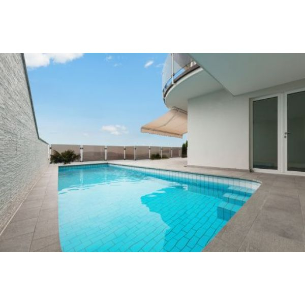La terrasse de piscine en carrelage esthétique et facile