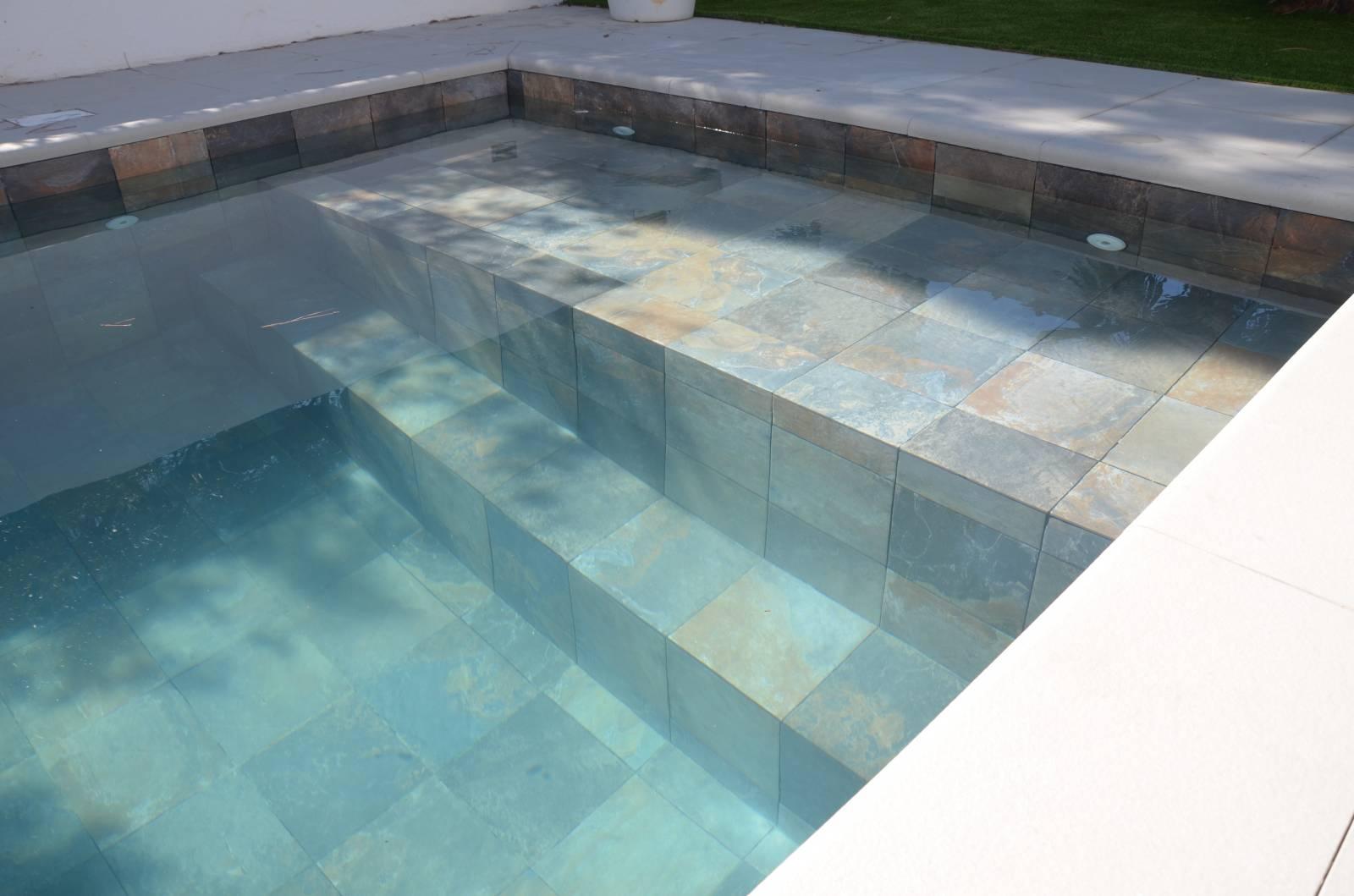 Poseur de carrelage pour piscine sur Marseille Petit