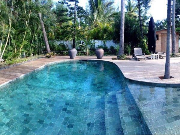 Terrasse en bois autour d une belle piscine à forme libre
