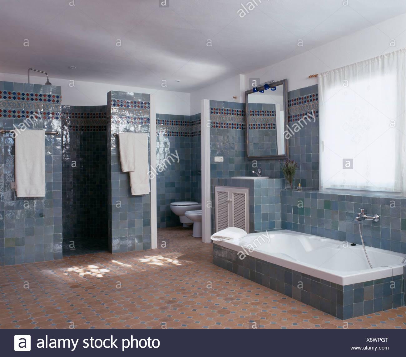 Baignoire encastrée dans le sol carrelé gris bleu espagnol