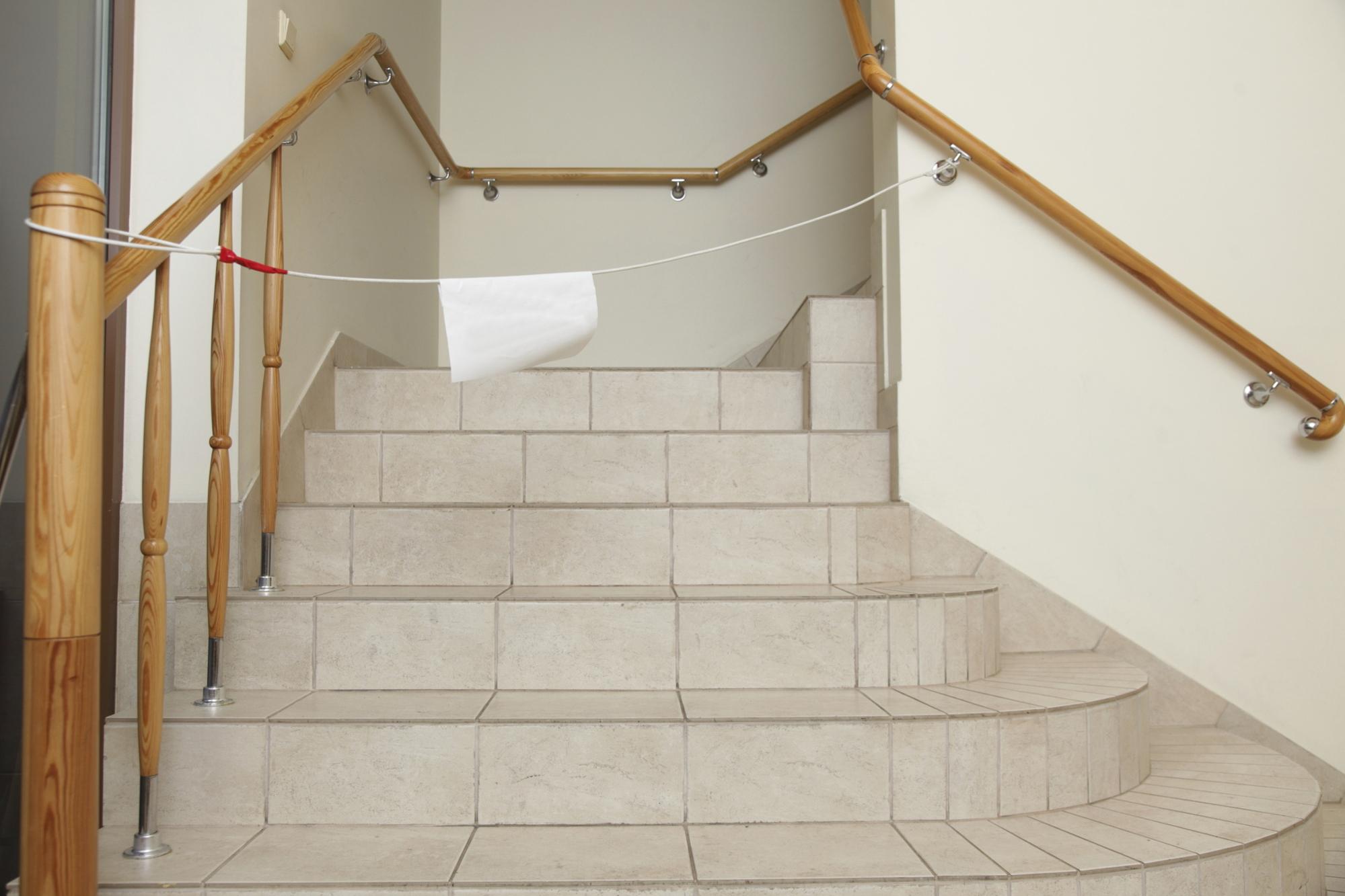 Poser du carrelage dans un escalier