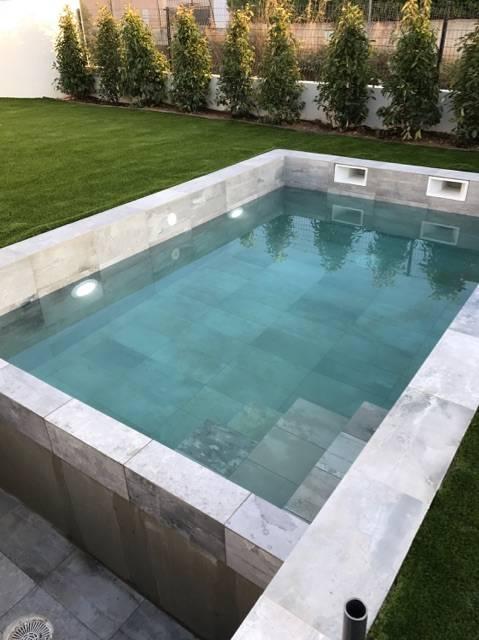 Exemple de réalisation de piscine avec carrelage grand
