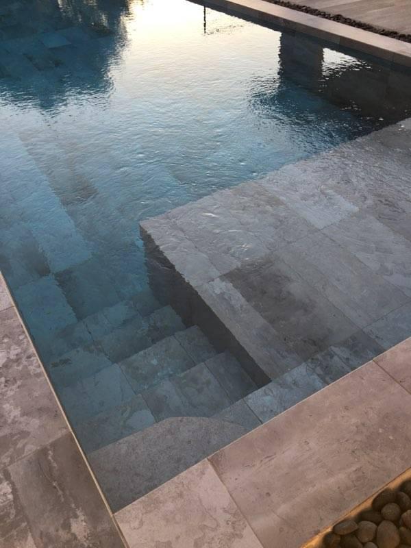 Réalisation de piscine moderne carrelage grand format