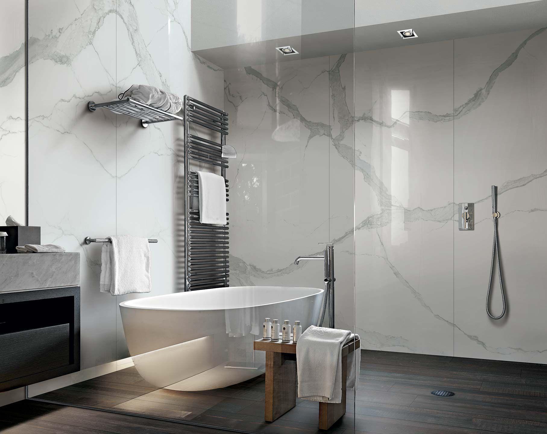 Carrelage de salle de bain aspect parquet noir et marbre