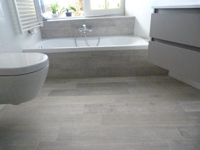 Salle de bain imitation bois faïences blanches