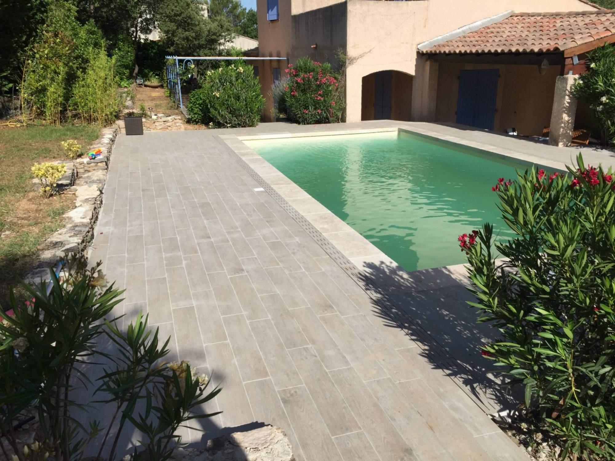 Carrelage imitation bois pour terrasse piscine veranda