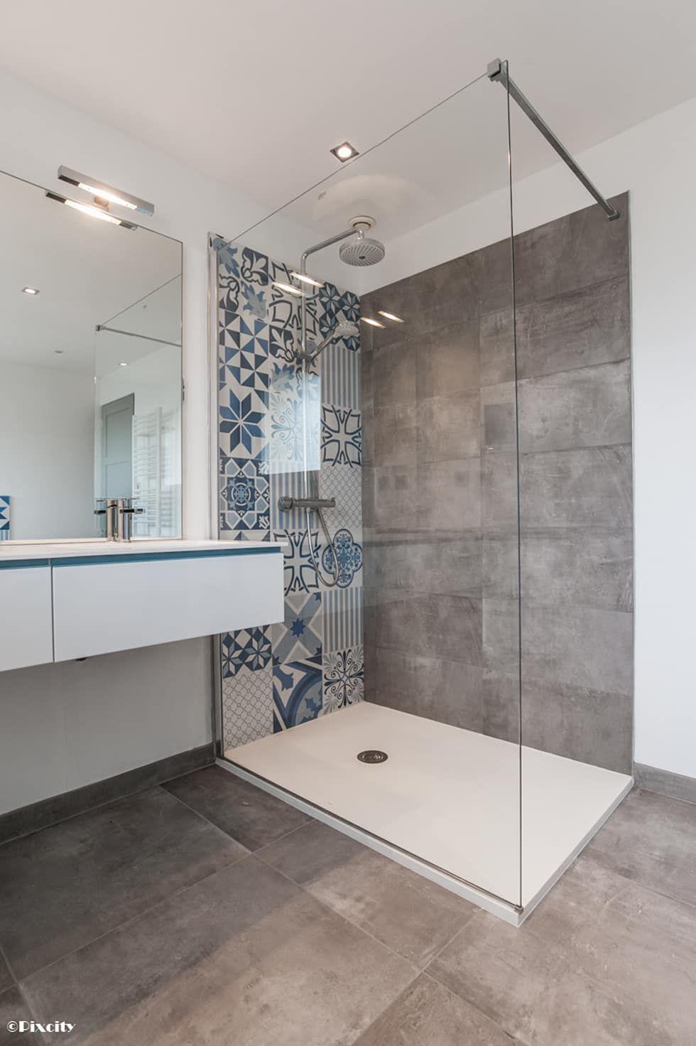 Salle de bains et carreaux ciment bleus par pixcity