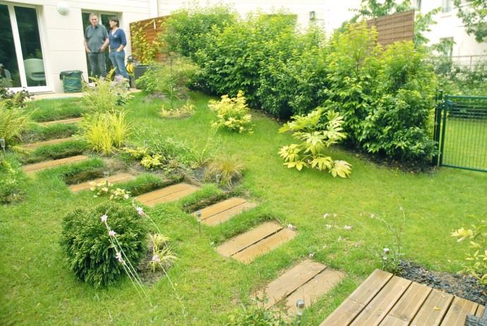 Un jardin tout en pente en lisière de forêt
