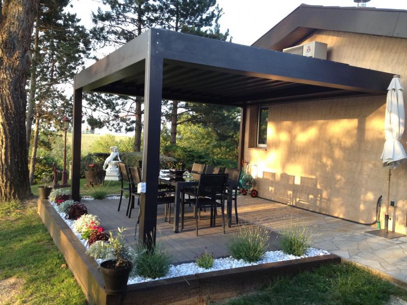 Construire une pergola bioclimatique sur une terrasse en bois
