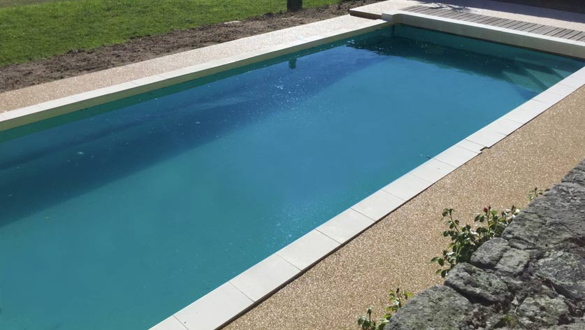 aménagement contour de piscine résine drainante