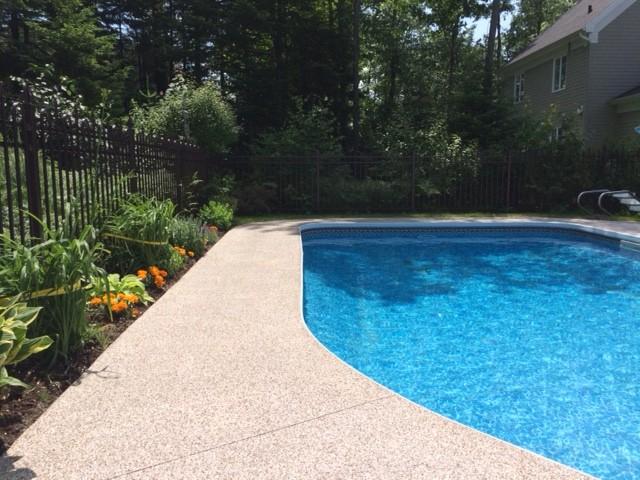 Contour de piscine creusée et Trottoir époxy