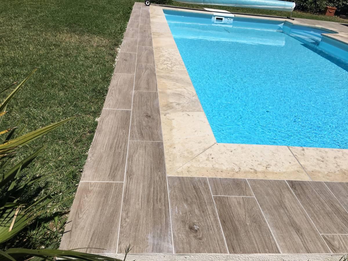 Piscine carrelage imitation bois margelles en pierre Aix