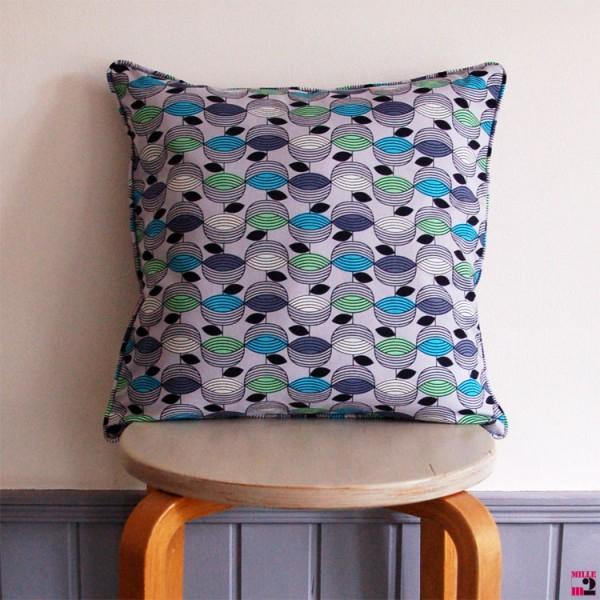 Coussin carré gris avec un motif en bleu vert Mille m2