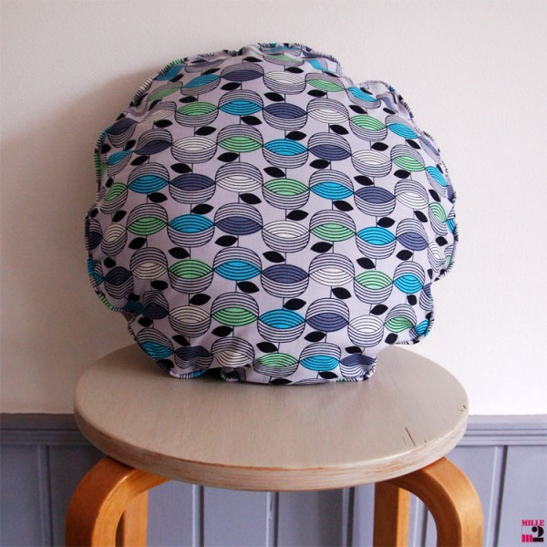Coussin rond gris avec un motif en bleu vert Mille m2