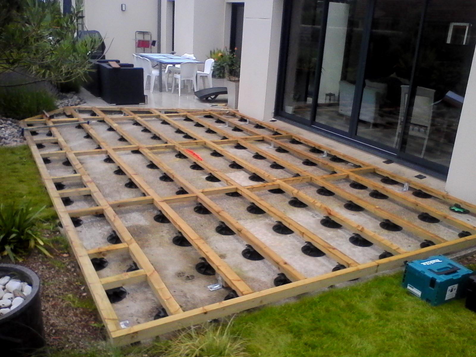 Construction terrasse bois sur plot Mailleraye jardin