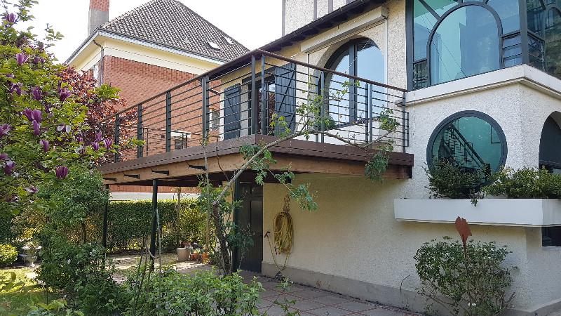 Terrasse bois surélevée pour créer une continuité de la