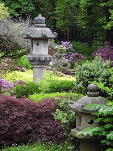 Idée déco jardin zen avec lanternes en pierres