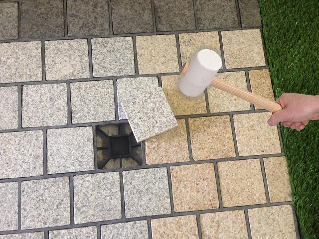 Dalle en granit sur grille drainante pavefast