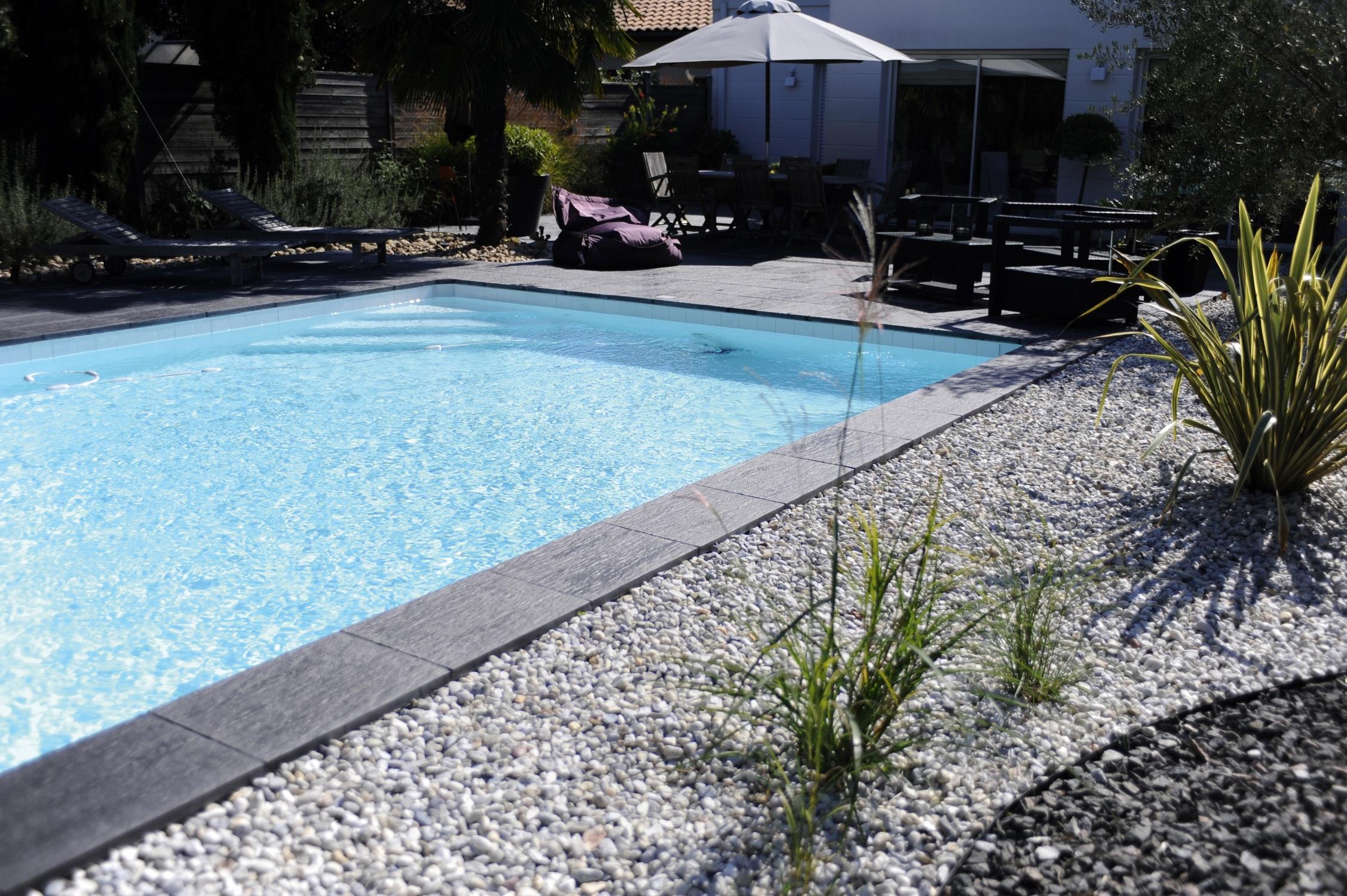 decoration exterieur autour d une piscine