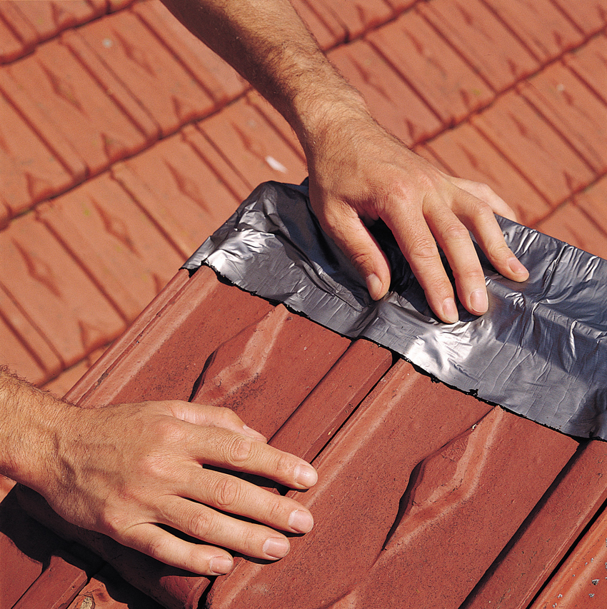 Pose bande etancheite toiture