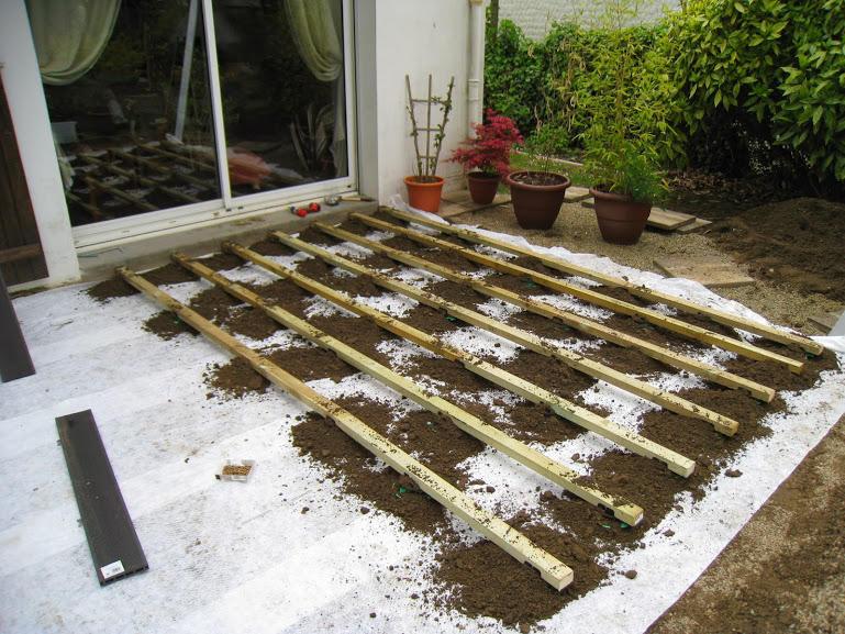 Faire une terrasse en bois posite sur terre