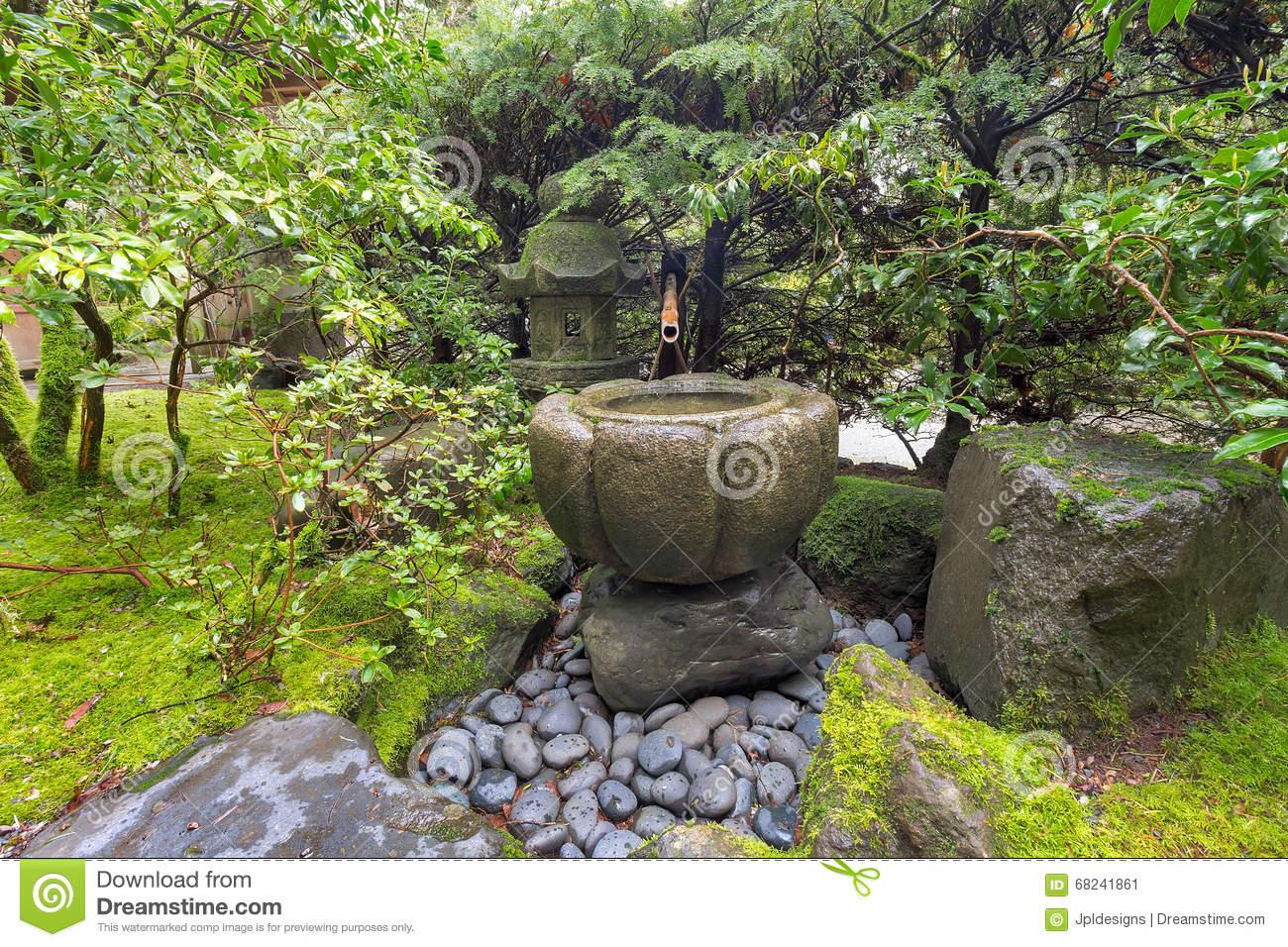 Fontaine D eau De Tsukubai Au Jardin Japonais Image stock
