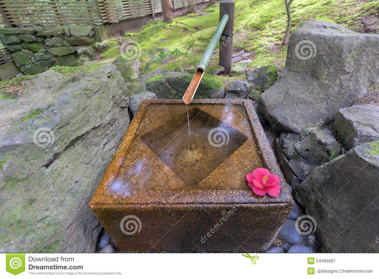 Fontaine D eau De Tsukubai Dans Le Jardin Japonais