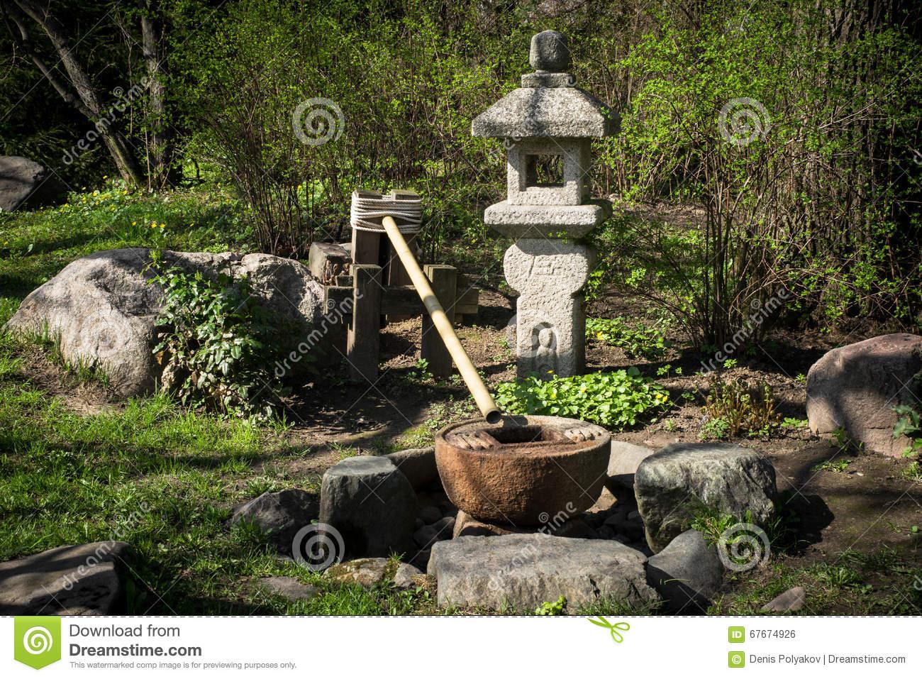 Fontaine Dans Le Jardin Japonais stock Image