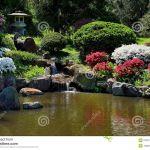 Fontaine Jardin Japonais Petite Fontaine De Chute De L Eau Dans Le Jardin Japonais