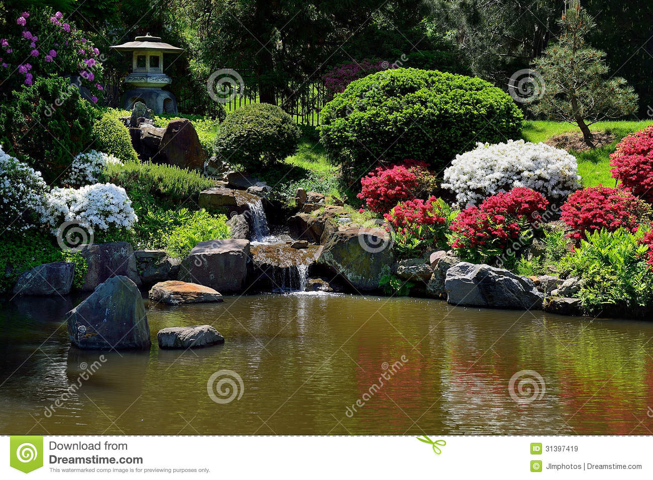 Petite Fontaine De Chute De L eau Dans Le Jardin Japonais