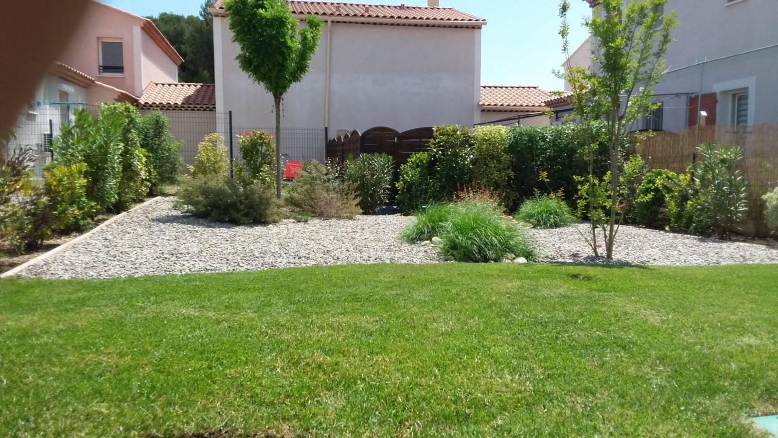 Amenagement d un petit jardin méditerranéen devant maison
